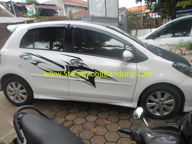 Cutting sticker pada mobil Yaris || Call: 0815-7195-825